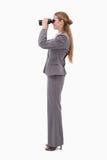 Opinião lateral o empregado do banco que usa spyglasses Imagem de Stock Royalty Free