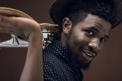 opinião lateral o homem afro-americano de sorriso com patim fotografia de stock