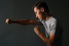 Opinião lateral o homem considerável novo que faz perfuradores Baixa fotografia chave foto de stock