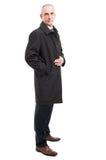 Opinião lateral o homem elegante da Idade Média que levanta a capa de chuva vestindo Imagem de Stock