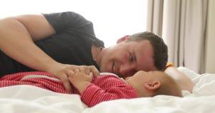 Opinião lateral o homem que joga com seu bebê pequeno vídeos de arquivo