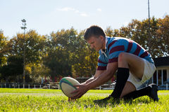 Opinião lateral o jogador do rugby que prepara-se para retroceder para o objetivo imagem de stock royalty free