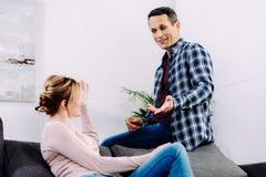 opinião lateral o marido e a esposa que têm a conversação ao descansar no sofá fotos de stock