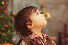 Opinião lateral o menino que olha acima fotos de stock royalty free