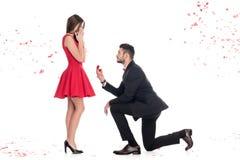 opinião lateral o noivo que propõe a amiga e a posição no joelho fotos de stock