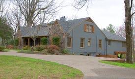 Opinião lateral a pedra e o Gray Home do estilo do rancho imagem de stock
