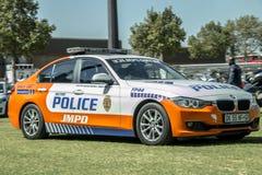 Opinião lateral sul de JMPD - carros de polícia africanos - nenhumas luzes Fotos de Stock Royalty Free