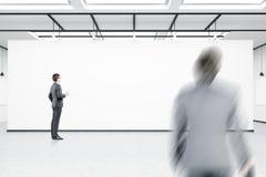 Opinião lateral um homem com o café que espera seu colega Fotografia de Stock