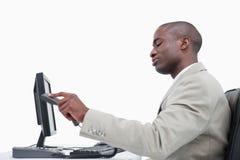 Opinião lateral um homem de negócios irritado que pendura acima Fotografia de Stock Royalty Free