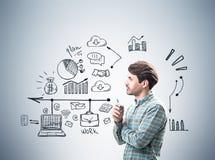 Opinião lateral um homem de negócios perto da parede cinzenta, ícones Fotos de Stock Royalty Free