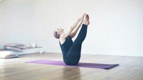 Opinião lateral um iogue bonito em um gym vídeos de arquivo
