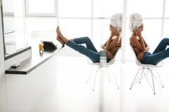 Opinião lateral uma mulher asiática bonita com toalha de banho Fotografia de Stock