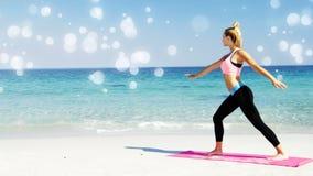 Opinião lateral uma mulher da aptidão que faz o exercício sobre a esteira da ioga na praia filme