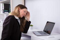 Opinião lateral uma mulher de negócios Suffering From Headache foto de stock royalty free