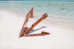Opinião lindo do close up da âncora oxidada abandonada velha do navio do vintage, sentando-se na praia branca da areia imagem de stock