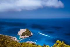 Opinião litoral fantástica de Zakynthos com penhasco branco Velocidade máxima branca da navigação do navio do turista na água do  imagem de stock