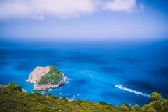 Opinião litoral ocidental fantástica de Zakynthos com penhasco branco Velocidade máxima branca da navigação do navio do turista n imagem de stock royalty free