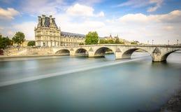 Opinião longa da exposição de Pont museu real e do Louvre Imagem de Stock Royalty Free