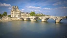 Opinião longa da exposição de Pont museu real e do Louvre Imagem de Stock