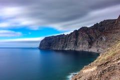 Opinião longa do perfil da exposição dos penhascos do Los Gigantes em Tenerife fotos de stock royalty free