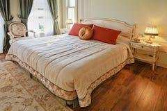 Opinião luxuoso do indicador do quarto do projeto interior Foto de Stock Royalty Free