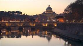 Opinião mágica da noite no rio da basílica e do Tibre de StPeter vídeos de arquivo