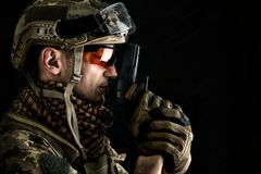 Opinião macro o militar com arma Imagem de Stock