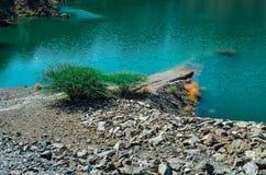 Opinião mais próxima do lago green da represa de Hatta imagem de stock royalty free