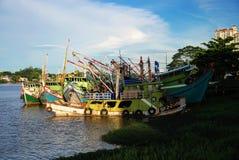 Opinião malaysia Bornéu do rio de Kuching foto de stock
