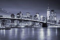Opinião Manhattan e Brooklin Bridge na noite, New York City Imagens de Stock Royalty Free