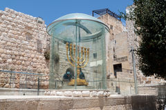 Opinião Menorah dos turistas - a lâmpada dourada do sete-tambor - o emblema judaico nacional e religioso perto de Dung Gates no C Imagens de Stock