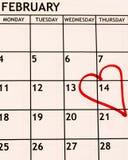 Opinião mensal do detalhe de fevereiro do calendário com um coração vermelho tirado no décimo quarto para o dia de Valentim imagens de stock