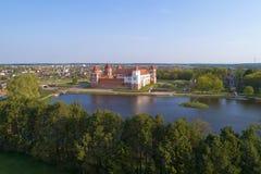 Opinião Mir Castle, avaliação aérea da manhã de abril belarus fotografia de stock royalty free