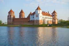 Opinião Mir Castle, manhã de abril belarus foto de stock royalty free