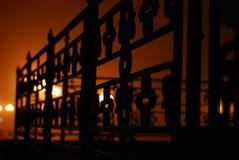 Opinião misteriosa original do detalhe da cerca da igreja em uma noite muito nevoenta fotos de stock