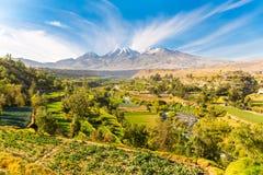 Opinião Misty Volcano em Arequipa, Peru, Ámérica do Sul fotografia de stock