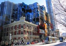 Opinião moderna do dia da universidade de RMIT com os bondes em Melbourne Fotografia de Stock Royalty Free