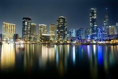 Opinião moderna do porto da cidade na noite Foto de Stock