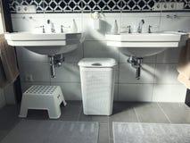 Opinião moderna preto e branco do interior do banheiro Foto de Stock Royalty Free