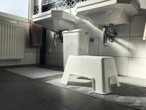 Opinião moderna preto e branco do interior do banheiro Fotos de Stock