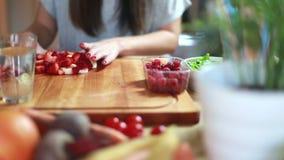 A opinião a mulher entrega a preparação de frutos para misturar-se filme
