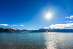 Opinião na manhã, Ladakh do lago Pangong, Índia Foto de Stock Royalty Free