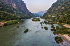 Opinião Nam Ou River em Nong Khiaw, Laos fotos de stock