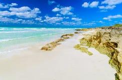 Opinião natural da paisagem da ilha de Santa Maria Cuban, praia tropical, vista impressionante de convite lindo com obscuridade p imagens de stock royalty free