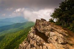 Opinião nebulosa da mola dos penhascos rochosos pequenos do homem no parque nacional de Shenandoah Foto de Stock Royalty Free