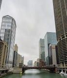Opinião nebulosa da tarde com arranha-céus, Marina City e bridg vermelho Foto de Stock Royalty Free