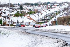 Opinião nebulosa do inverno do dia da estrada inglesa típica sob a neve em Northampton Town fotos de stock royalty free