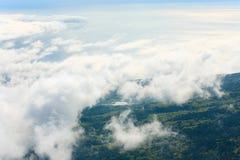 Opinião nebulosa do mar da parte superior da montanha Fotografia de Stock Royalty Free