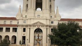 Opinião nebulosa do movimento da tarde da câmara municipal bonita de Pasadena em Los Angeles, Califórnia vídeos de arquivo