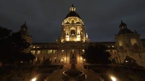 Opinião nebulosa do timelapse do movimento da noite da câmara municipal bonita de Pasadena em Los Angeles, Califórnia filme